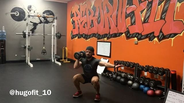🔥💪🏻Workout of the Week🔥💪🏻 Single Dumbbell Workout or unilateral workout! 1. Single Arm Press 5x5 2. Squats 5x5 3. Single Arm Rows 5x5 4. Push Up to a Row 5x5  Try to use the same weight for all movements! Train Smart. Like always use a weight that you can control. ------------------------- #fitness #fitmindfitbody #personaltrainer #startyourjourneytoday #strengthandconditioning #montereyca #salinasca #neversettle #noexcuses #fatloss #musclemass #specialist #teamrebornfit…