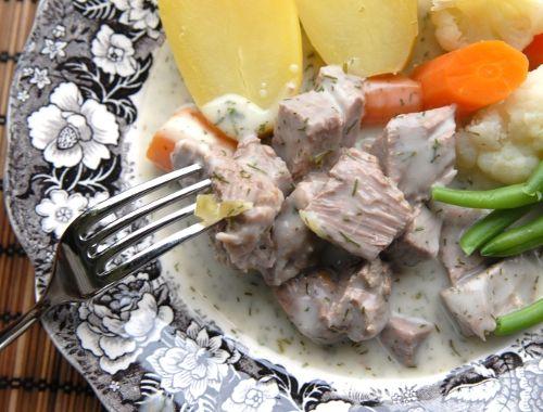 Dillkött. Kokt kalv eller lamm i dillsås. Du kan göra dillkött med benfritt kalvkött eller lammkött. Det går också bra med grytkött med ben såklart.