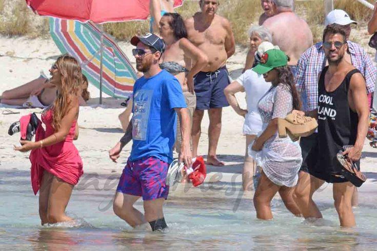 """Lionel Messi y Antonella Roccuzzo disfrutan de su """"pre luna de miel"""", junto a sus hijos y sus amigos Cesc Fábregas y familia en Formentera."""