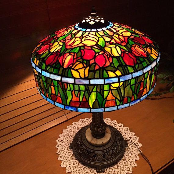 Lámpara de vidrio de diseño Tiffany Tulip por MomCaveStainedGlass