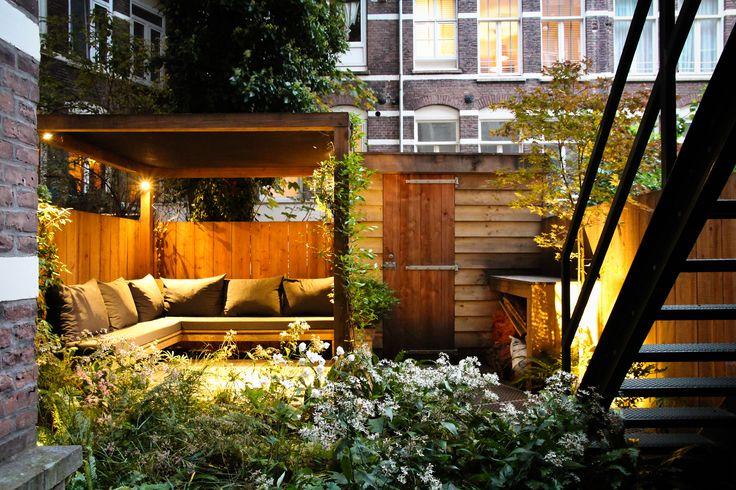 Kleine stadstuin in Amsterdam met mooie pergola om beschut onder te zitten | Ontwerp: BoekelTuinen.nl