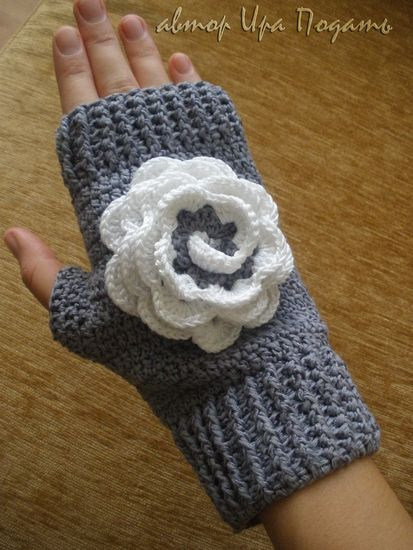 Crochet gold: Mitten with flower!