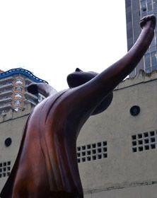 A Câmara Municipal de São Paulo, no último dia 25 de outubro, inaugurou a estátua Vlado Vitorioso, que dá continuidade ao projeto original de reforma da Praça Memorial Vladimir Herzog.  A obra é uma versão ampliada do conceito criado pelo artista Elifas Andreato em 2008, dedicada aos 60 anos da Declaração Universal dos Direitos Humanos, prêmio especial da ONU aos jornalistas.