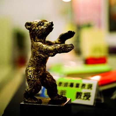 Na którym festiwalu filmowym rozdawane są Złote Niedźwiedzie? W Berlinie.  Złoty Niedźwiedź to nagroda na corocznym festiwalu Berlinale. Niedźwiedź jest symbolem miasta Berlina.