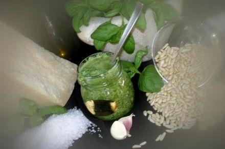 Un barattolo di Pesto Genovese fresco, una delizia del palato