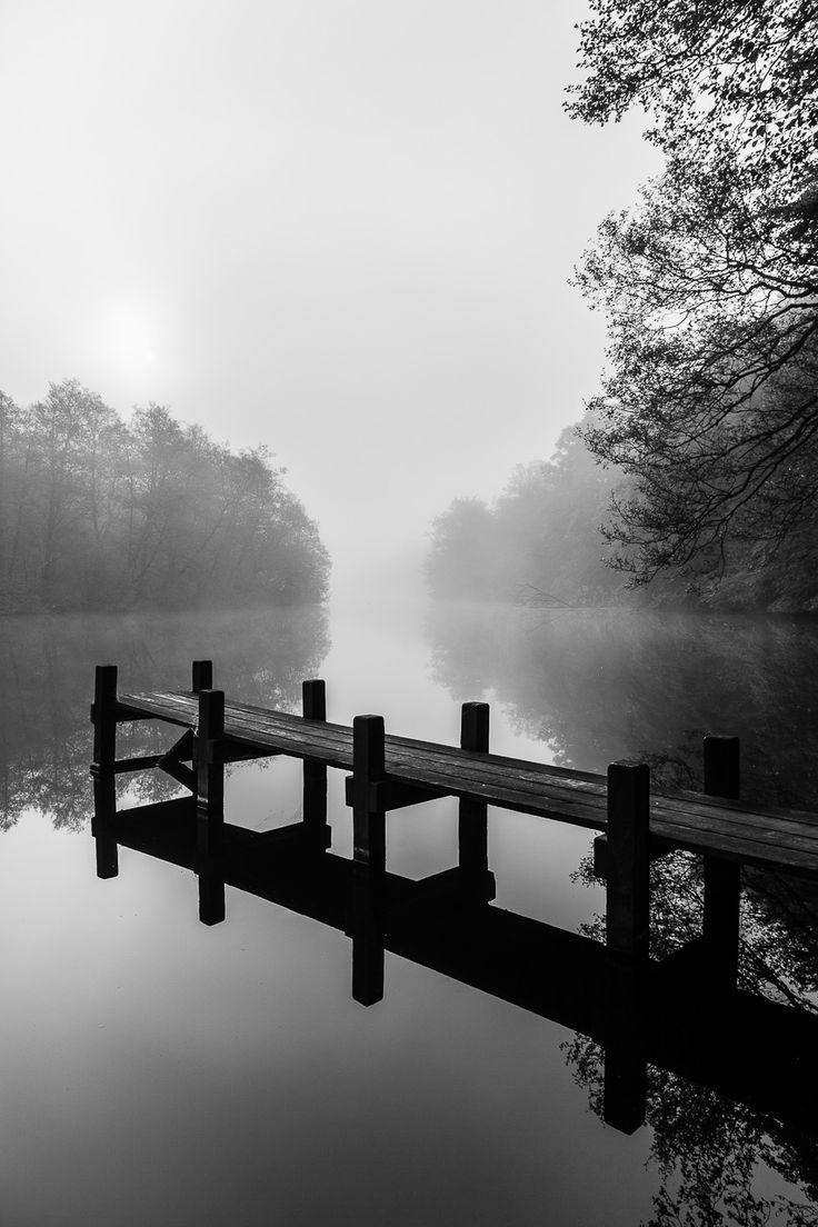 Fotografi af bådebro i Gudenåen en smuk og diset morgen. Gudenåen er vores største vandløb der snor sig gennem det jyske.