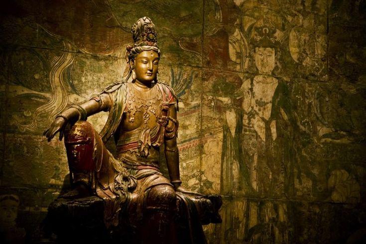 Статуя Гуаньинь эпохи Ляо (907—1125) из Шэньси. Крашеное дерево