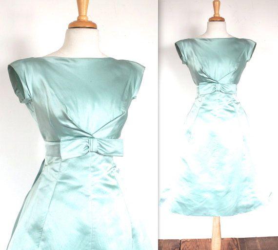 VERKAUF!!! $ 350 jetzt $185    Jahrgang 1950 eisblau Seide Abendkleid! Schöne Konstruktion, die Sanduhr-Form, um den großen Bogen an der Taille