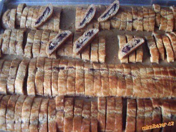 Sakrajda  =  sakra, to je ale dobré. Záviny z perníkového těsta s povidlama a s ořechama nakrájené na plátky.