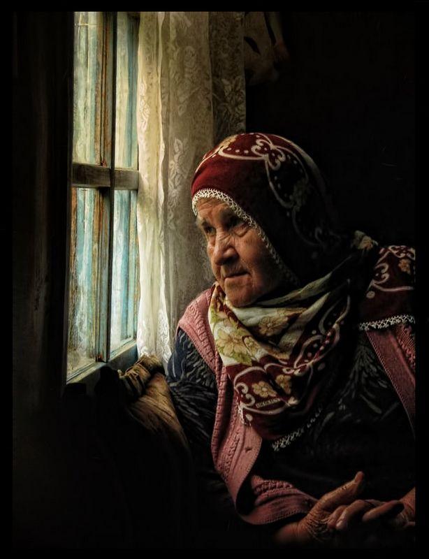 Keyvani - , Istanbul-Aksam uzeri disarida oyun oynayan torun cocuklarını seyre dalan Karadenizli keyvanı (yasli kadin)...
