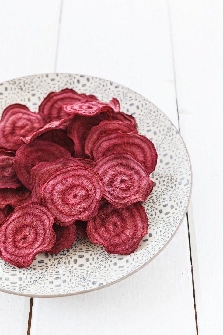 Im Ofen gebackene Rote Bete-Chips | http://eatsmarter.de/rezepte/im-ofen-gebackene-rote-bete-chips