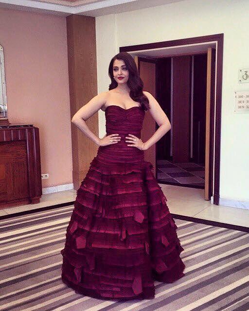 Aishwarya Rai Bachchan wins the fashion sweepstakes in this Oscar de la Renta. #Cannes2015