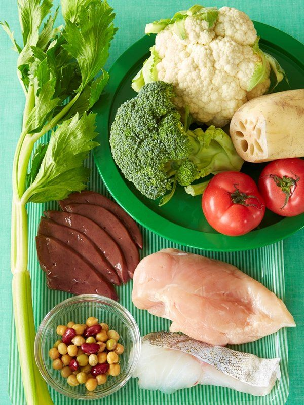 摂取する糖質を制限し、たんぱく質と比率が高い食事を実践する「低糖質ダイエット」。糖質が高い食材とは、砂糖はもちろん、白米やうどん、パスタ、食パンといった主食となる炭水化物がほとんど該当する。またバナナやいちごなどのフルーツも果糖が多く含まれているし、品種改良で糖度を上げたブランドトマトなども避けたい食材。 副島さんがヒュー・ジャックマンのために組んだ食事プログラムは、高たんぱくの食材―鶏むね肉、鶏ささみ、ターキー、牛ヒレ肉、白身魚、まぐろ、イカなど―を1回あたり250gと、同量の野菜や豆類を、2時間半おきに食べるというもの。「ヒューの場合は、強靱な肉体を維持することが目的だったので、食事頻度も多くして、たんぱく質の摂取は肉や魚の動物性たんぱくが中心でした。女性が実践するなら、大豆製品や豆類などの植物性たんぱく質の素材も合わせて摂るといいと思います」(副島さん)。…