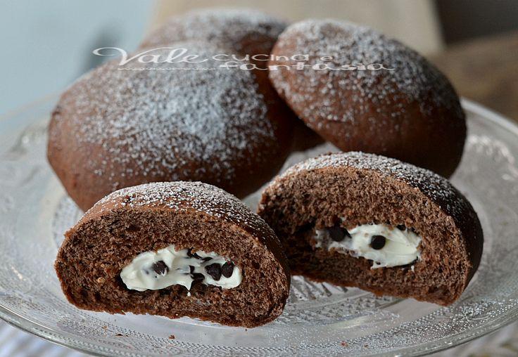 Bombe al cacao al forno con ricotta e gocce di cioccolato, buonissime e soffici,profumate al cacao e con un ripieno cremoso alla ricotta ideali a colazione