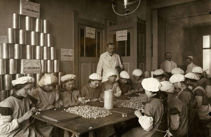 Levensmiddelenfabrieken. Kinderarbeid op de inpakafdeling van de Eerste Nederlandse Bouillonblokjesfabriek te Amsterdam, Nederland 1917.