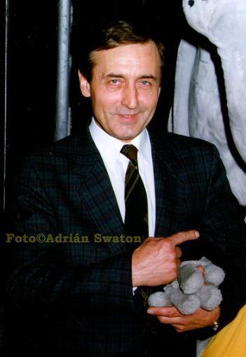 *-* Michal Dočolomanský (1942-2008) bol populárny československý herec, s ktorým ma spájalo viac ako 20 ročné priateľstvo. Matka Floriana, pôvodom Rumunka, otec Rudolf, učiteľ, pôsobil medzi rumunskými Slovákmi v Sedmohradsku. V r.1942 rodina odišla do obce Niedzica (dnešné Poľsko),kde sa narodil Michal. Malému Mišovi učaroval svet javiska. Vyučil sa za automechanika..Herectvo absolvoval v r. 1966. Patril medzi našich najúspešnejších a najčastejšie obsadzovaných hercov.