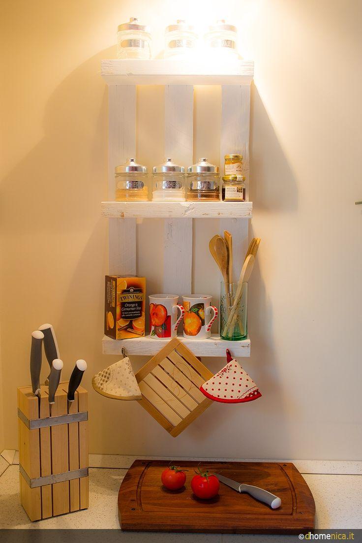 Riciclare un piccolo bancale realizzando un oggetto in legno pensile da utilizzare in diversi ambienti. In bagno, in cucina come porta spezie e l'occorrente per una pausa caffè, come portaoggetti.