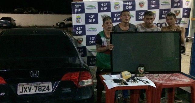 Policiais militares da 12ª Companhia Interativa Comunitária (12ª CICOM) prenderam uma quadrilha acusada de roubo a um estabelecimento comercial e porte ilegal de arma de fogo no bairro Cidade Nova, zona Norte de Manaus. Por volta da meia noite deste domingo (30), os agentes receberam denúncia de um roubo a uma pizzaria praticado por quatro infratores dentro de um veículo Honda Civic de placa JXV 7824. Os policiais em diligência localizaram os acusados na avenida Max Teixeira. Os criminosos…