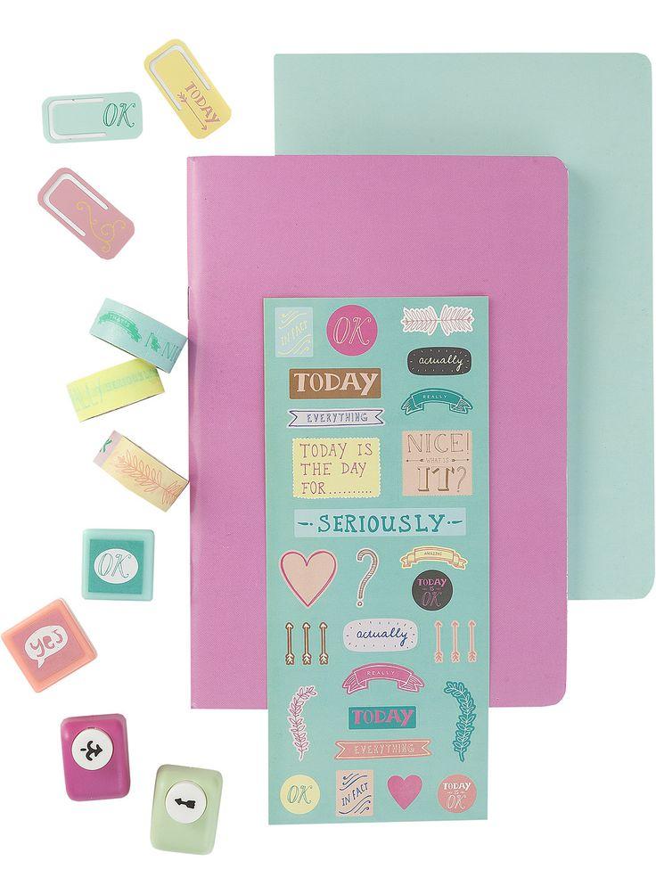 HEMA versier-het-zelf-pakket, met pons, een stickervel, washitape, zelfinktende stempels, notitieschriftjes en metalen clips.