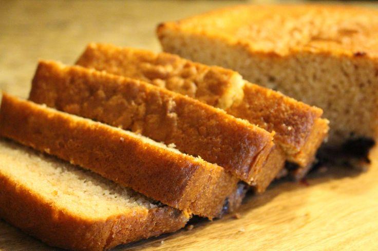 Receta fácil de Pan de plátano  Banana bread    Esta es una receta que me hace muy feliz y me emociona preparar, cuando estas horneando el olor de la casa es indescriptible, desde que esta en el horno ya se te esta antojando comértelo, de hecho…