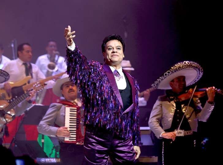 """El cantautor mexicano Juan Gabriel logró fama con temas como """"Se me olvidó otra vez"""", """"Con tu amor"""", """"La farsante"""" y """"Amor eterno"""", además de recibir diversos reconocimientos por su exitosa carrera.</p>"""