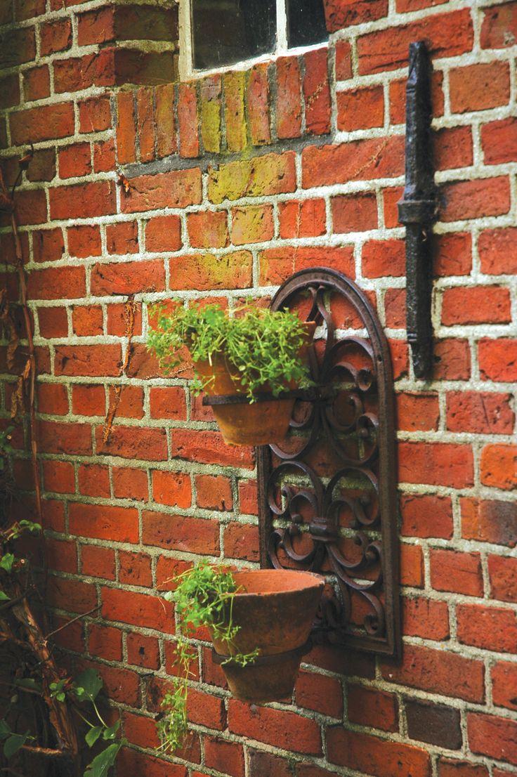 A szögletes, vagy lekerekített formák hívei kedvükre választhatják ki a számukra legmegfelelőbb kialakítású öntöttvas virágcserép tartót a három különböző változat közül, melyekben darabonként két kaspó helyezhető el. A virágtartó önmagában is megállja a helyét, de több esetén igazi kiskertet varázsolhatunk a csupasz házfalra.