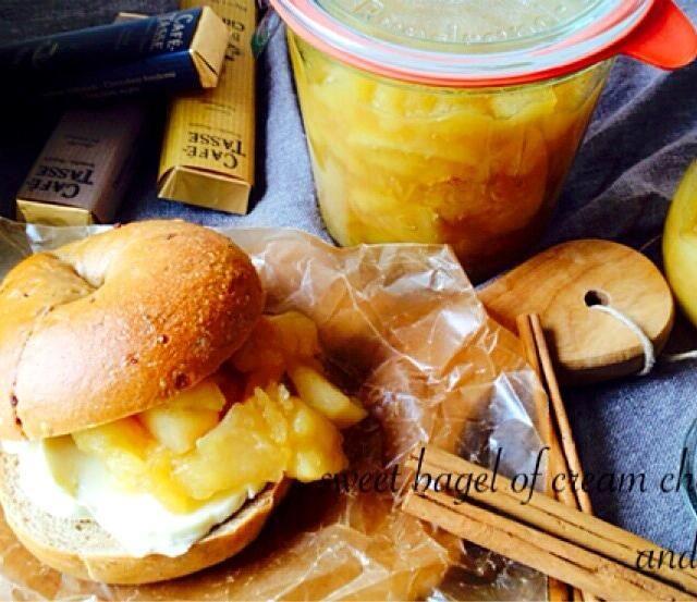 マルチグレインベーグルに林檎ジャムとクリームチーズ挟んで もっちり食感と甘酸っぱいフィリングでスィーツサンド(̂⁰̴̶̷ꇵ͒ॢ ⁰̴̶̷ૢෆ)̂⋆̥*̥̥⋆̥ - 91件のもぐもぐ - クリームチーズと林檎ジャムのベーグルサンド by ayukana