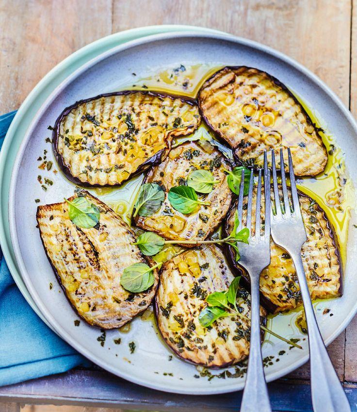 Recette : Salade d'aubergines au vinaigre et à la menthe ! Une salade au parfum d'Italie très gourmande et parfumée, idéale pour un repas en famille.