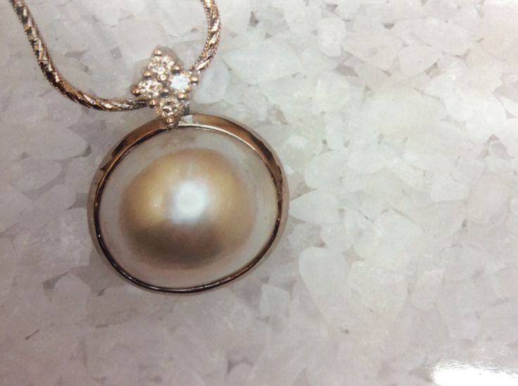 Mabe pearl white gold pendant set with a diamond set shackle