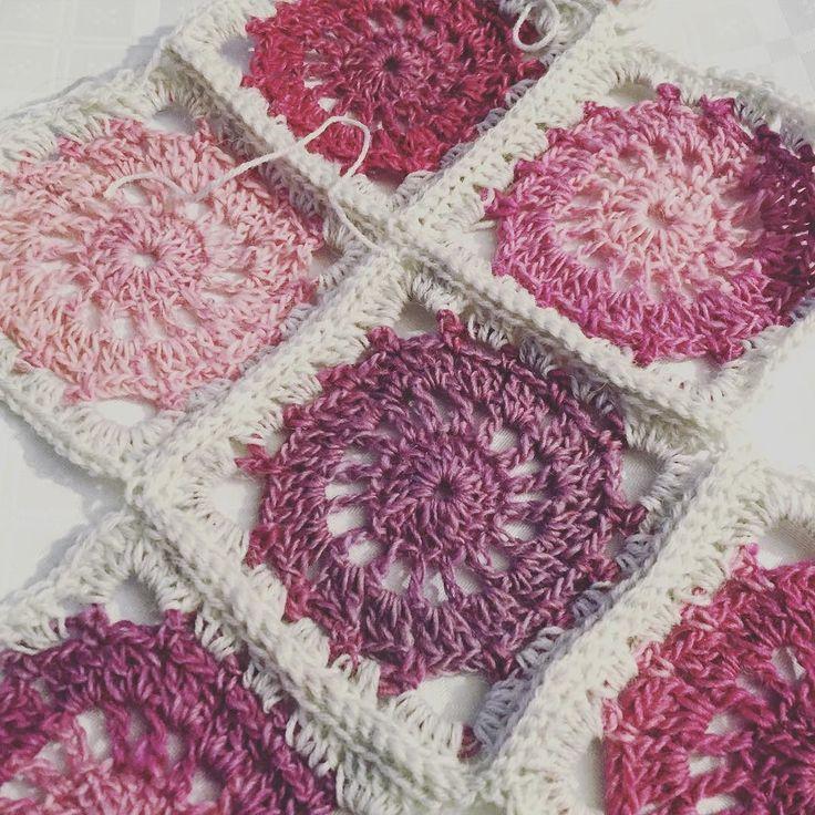 Prøver meg på noen ruter #hekling #crochet #dropsdelight #dropsblanket #hekleteppe #crochetblanket #crocheting #hekle #hekleruter #crochetsquare #dropsfabel by frupallesen