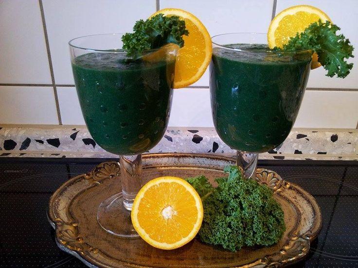 Bardzo zielony koktajl od Małgosi Misiak Emotikon heart  jarmuż seler naciowy natka pietruszki spirulina - http://zielonekoktajle.blogspot.com/p/super-zywnosc.html#spirulina 1/2 awokado 1 pomarańcza kiwi gruszka woda  Miksujemy