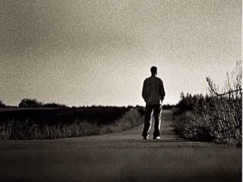 Io un giorno crescerò  e nel cielo della vita volerò.  Ma un bimbo che ne sa  sempre azzurra non  può essere l'età    Poi, una notte di settembre  mi svegliai, il vento sulla  pelle, sul mio corpo il  chiarore delle stelle;  chissà dovera casa mia  e quel bambino che  giocava in un cortile    Io, vagabondo che son io,  vagabondo che non sono alt...