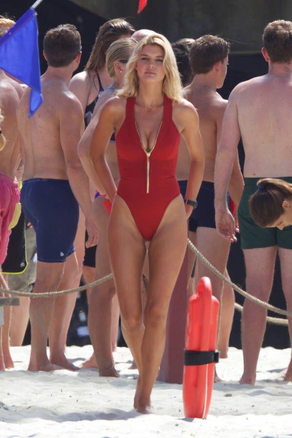 Le retour du maillot de bain échancré : Kelly Rohrbach