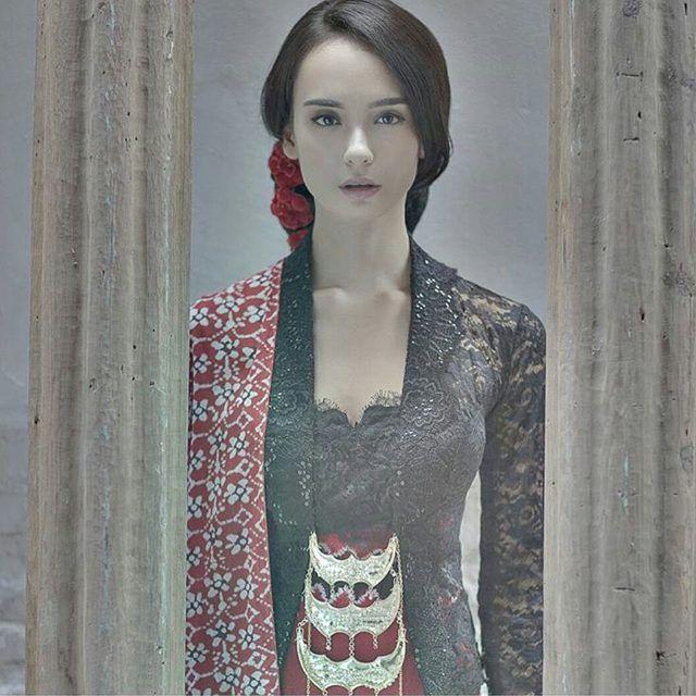 Kumpulan model gambar contoh kebaya batik modern masa kini. Kebaya Wisuda, gaun pengantin batik, busana pernikahan, gaun pesta. Halaman 2