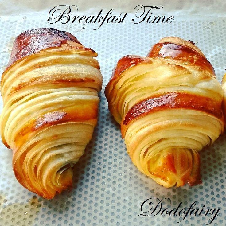 Premiers croissants 2017 que je vous propose!! Je vous remets la recette!! Pour le pas à pas, c'est ici http://dodofairy.over-blog.com/2016/12/croissants-avec-75g-de-beurre-de-tourage-le-pas-a-pas.html Bonne réalisation!! La détrempe: 250 g de farine...