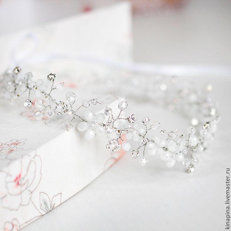 Купить или заказать Свадебный венок для прически невесты из белых цветов из бусин. в интернет-магазине на Ярмарке Мастеров. Венок из цветов, свадебный венок из бусин, белый венок, венок для прически невесты. --------------------------------------------------- Венок для свадебной прически выполнен из белых бусин, прозрачных, блестящих стеклянных бусин, серебристых страз. Благодаря широкому рисунку венок будет заметно выделять вашу прическу и закончит романтичный свадебный образ. На концах…