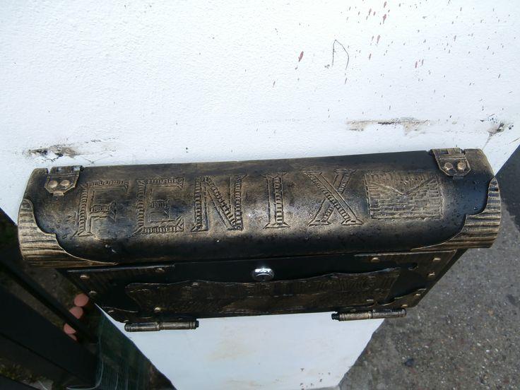 Kováčska typografia na schránke Fénixa…
