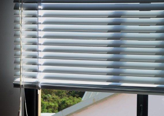 STORES INTERIEURS  Store vénitien aluminium, fabriqué à la Réunion, sur mesure
