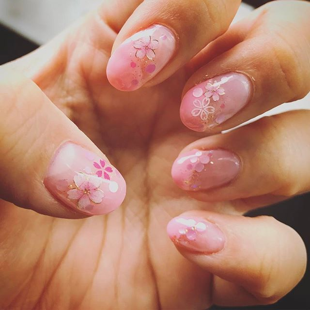 そういや、今のネイルも桜なんすわ。 シールで簡単ですね。 #nail #ネイル #ネイルアート #ネイルシール #cherryblossom #桜 #selfnail #セルフネイル #ジェルネイル #gelnails #ピンク #pink #キャラじゃない #服はジャージ
