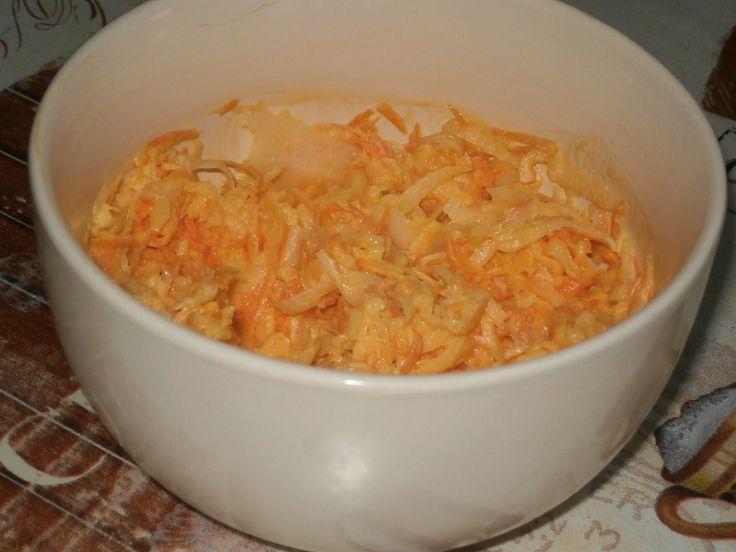 Bílou ředkev a mrkev nastrouháte na nudličky  nahrubo a promícháte v míse.Posolíte, přidáte majonézu a dobře promícháte.Můžete hned podávat,...