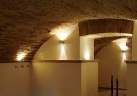 Un dettaglio che mostra la magica atmosfera dell'ambiente sotterraneo de L'Androne: incredibile che si trovi a pochi passi dal centro di Cervia.