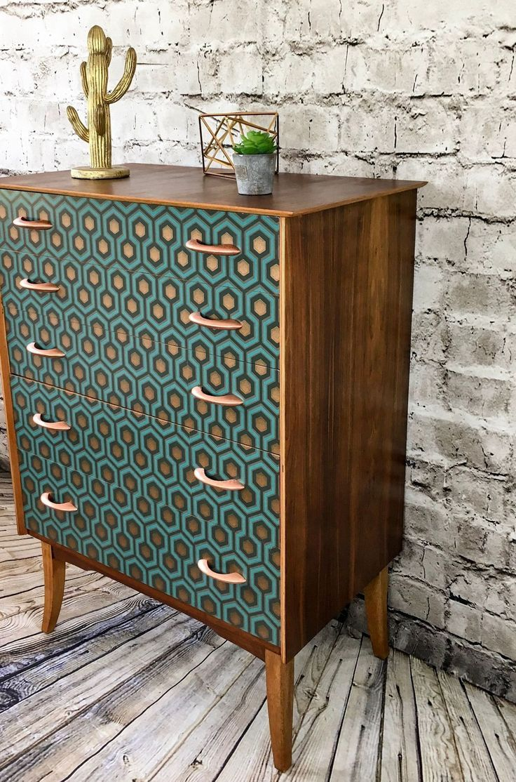 A vintage dresser modernized by a geometric wallpaper #commode #geometrique #modern …   – DIY Möbel