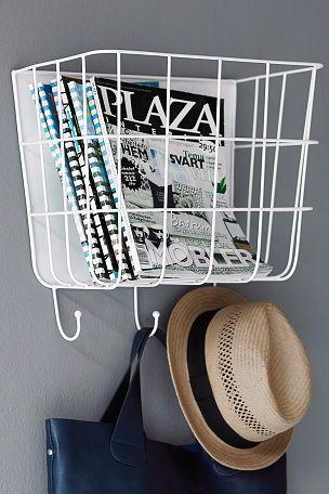 Förvaringskorg som håller ordning på vantar, mössor, tidningar, leksaker med mera. Hängs på väggen. 3 krokar. Av metall. Bredd 40 cm. Djup 22 cm. Höjd 37 cm.
