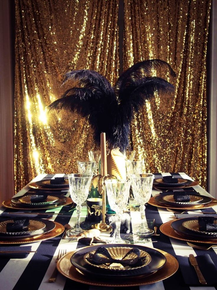 Table de réveillon sur le thème de Gatsby le magnifique : du noir, du doré, des perles et des plumes.  #gatsby #party #gatsbyparty #artdeco #newyear #nouvelan #fete #anniversaire #birthday #sweettable #glitter #gold #dore www.rosecaramelle.fr
