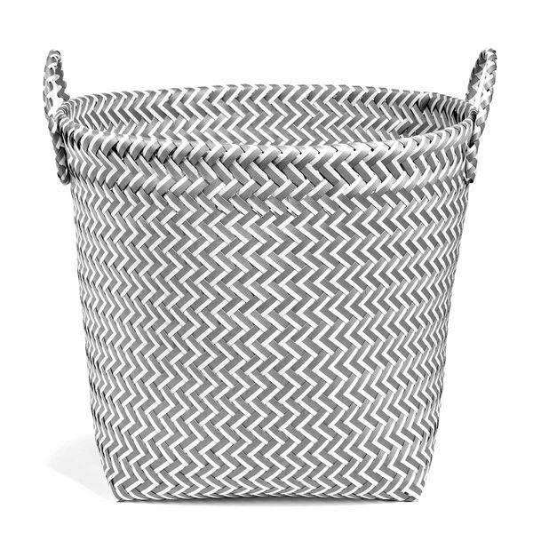 #paniers #baskets #déco #rangement Panier en plastique tressé gris et blanc.Voir la sélection decoration.com http://www.decoration.com/rangements-boites-paniers,fr,3,35.cfm