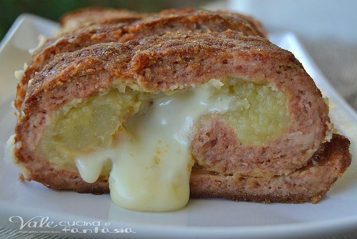 Polpettone ripieno con patate e scamorza un secondo sostanzioso e saporito, ideale come piatto della domenica, ma buono anche gli altri giorni,