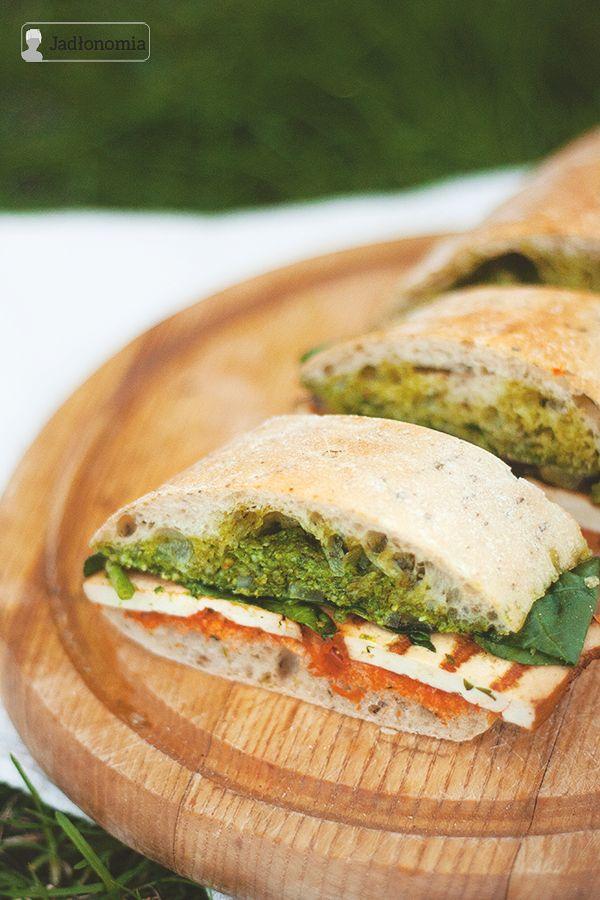 Kanapka na piknik to bardzo niezwykła kanapka. Musi być pełna różnych sosów i warzyw, żeby nawet zgnieciona w plecaku dalej smakowała tak samo dobrze.Oprócz tego musi być też bardzo sycąca, żeby można było się najeść do syta i mie[...]