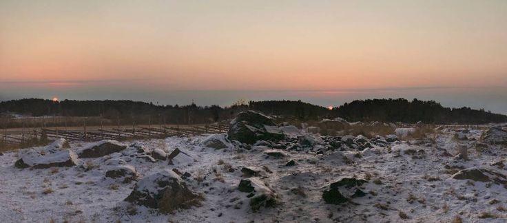 Suomalaiset alkoivat kääntyä kristinuskoon odottamattoman varhain  Luminen maasto, jonka taustalla olevan metsikön taakse on kuvattu Aurinko kahtena eri päivänä.
