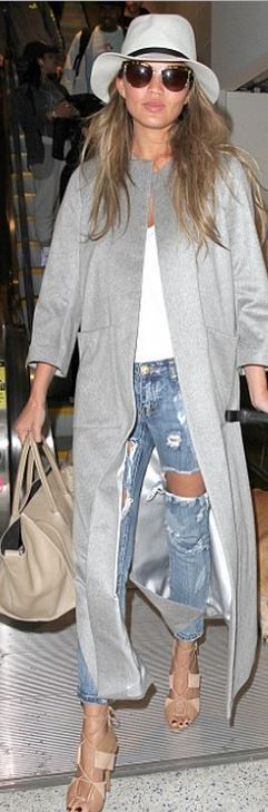 Who made Chrissy Teigen s blue ripped jeans and tan tote handbag  (OutfitID) 784b5e14900