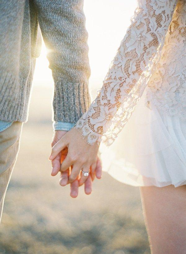 Aujourd'hui je suis ravie de partager avec vous les très jolies photos de cette séance d'engagement pastel. La robe longue Sarah Seven de la future mariée est juste à tomber et les effets de lumière des photos sont splendides.